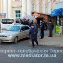 """У Тернополі в поліклініці люди із """"живої"""" черги накинулися на жінку, яка записалася до лікаря в інтернеті (ВІДЕО)"""