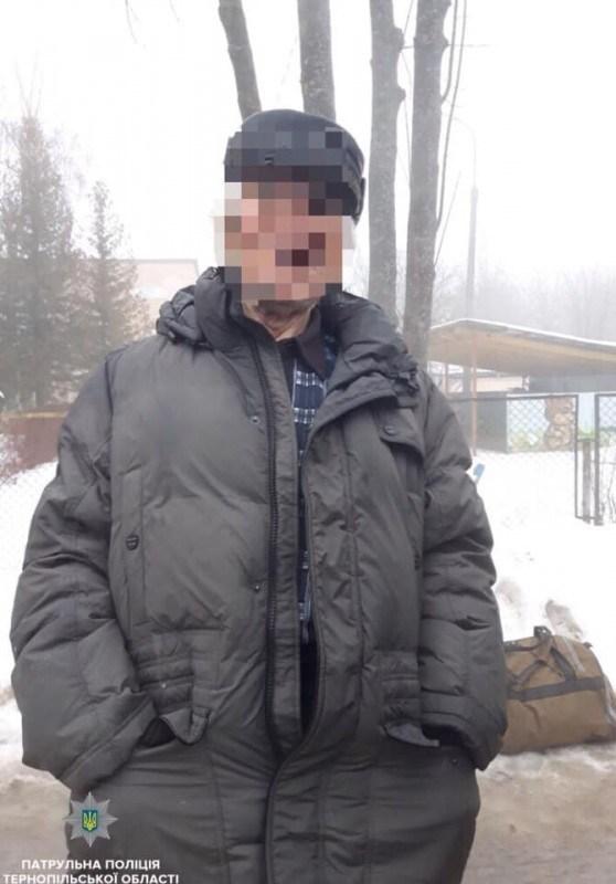 У Тернополі викликали поліцію до чоловіка, який лежав на зупинці (ФОТО)