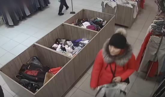 У Тернополі в магазині жінки на камеру скоїли крадіжку (ВІДЕО)