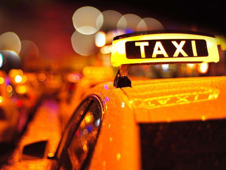"""У Тернополі зіткнулися таксі """"Шевроле"""" та """"БМВ"""": люди в лікарні"""