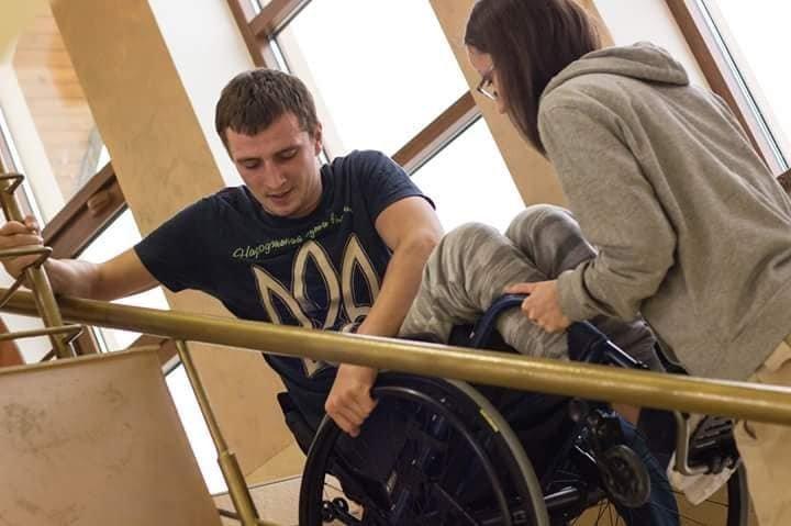 Тернополян просять допомогти хлопцю із важким переломом хребта (ФОТО)
