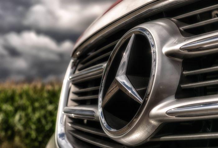 У Тернополі п'яний чоловік викрав з автомийки Mercedes і розбив його