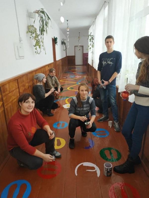 На Тернопільщині у школі розмалювали підлогу яскравими фарбами (ФОТО)