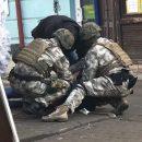 У Тернополі, як у фільмі: по вулиці літають гроші, люди у камуфляжі затримують чоловіка (ФОТО)