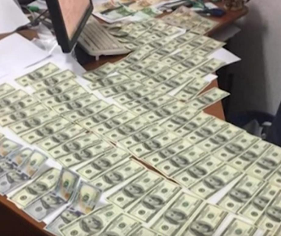 У кабінеті затриманого знайшли 10 тисяч доларів і стільки ж у гривнях (ВІДЕО)