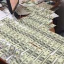 У кабінеті затриманого хабарника знайшли 10 тисяч доларів і стільки ж у гривнях (ВІДЕО)