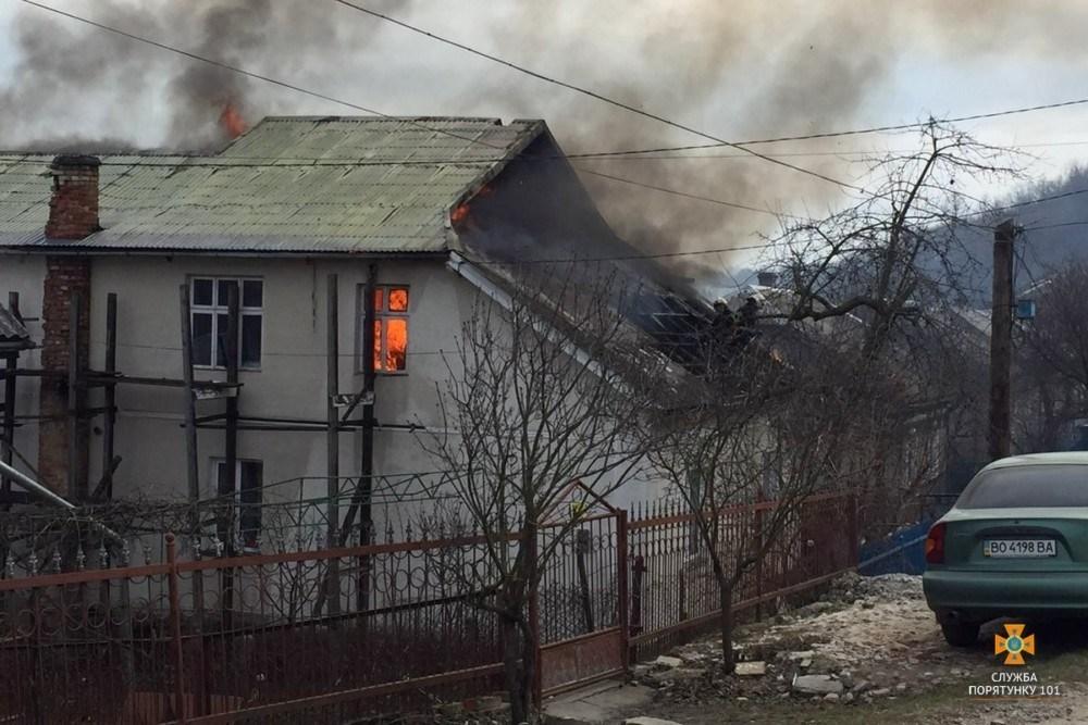 Пожежа будинку на Тернопільщині: рятувальники гасили вогонь майже дві години (ФОТО)