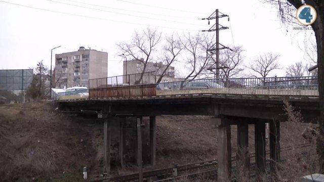 """У Тернополі вирішили відремонтувати """"горбатий міст"""" (ВІДЕО)"""