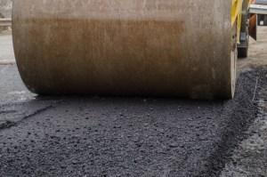 На дорогах Тернопільщини ліквідовують ямковість, прибирають та планують узбіччя