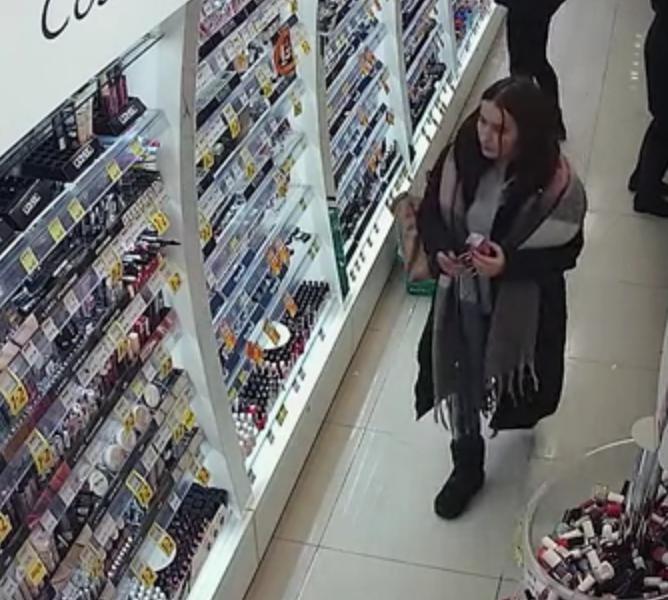 У Тернополі розшукують жінку, яка обікрала магазин (ВІДЕО)