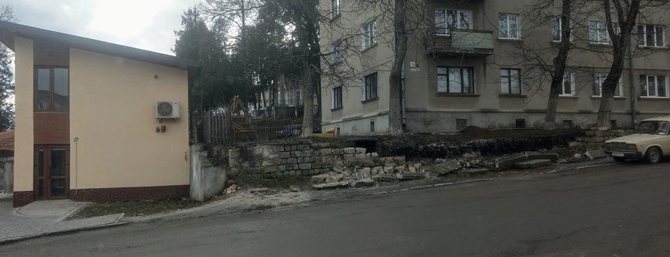 На Тернопільщині вже другий тиждень лежить обвалений мур (ФОТО)
