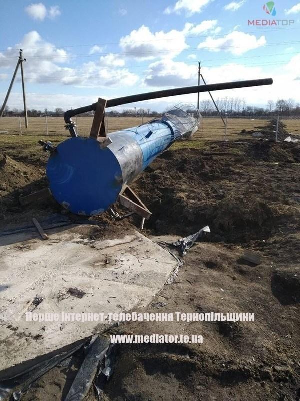 На Тернопільщині сильний вітер повалив водонапірну вежу (ФОТО)