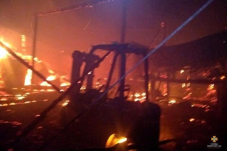 На Тернопільщині горіло вугілля: рятувальники гасили дуже складну пожежу (ФОТО)