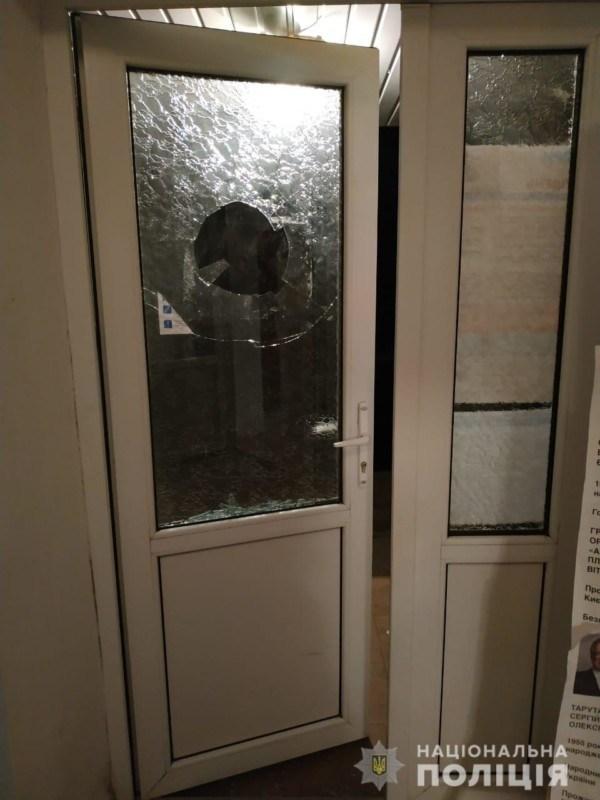 На Тернопільщини двоє людей намагалися потрапити на вибори після закриття дільниць: побили вікно (ФОТО)