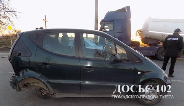 """Масштабна аварія біля Тернополя: зіткнулися два """"Мерседеси"""" і вантажівка (ФОТО)"""