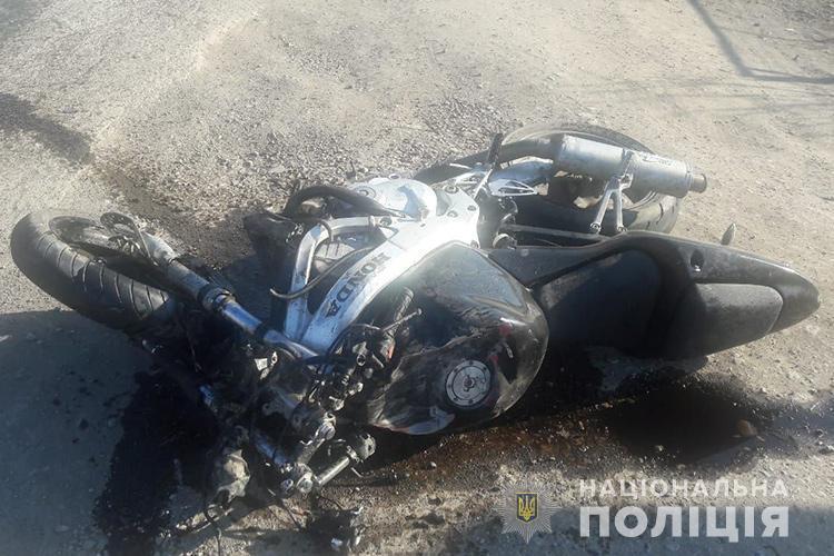 """На Тернопільщині мотоцикліст на """"Хонді"""" в'їхав у легківку і втік з місця ДТП: пасажирка у реанімації (ФОТО)"""
