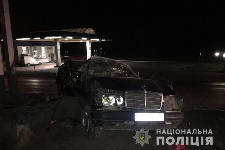 """Смертельна аварія у Тернополі: """"Мерседес"""" перекинувся, загинула жінка (ФОТО)"""
