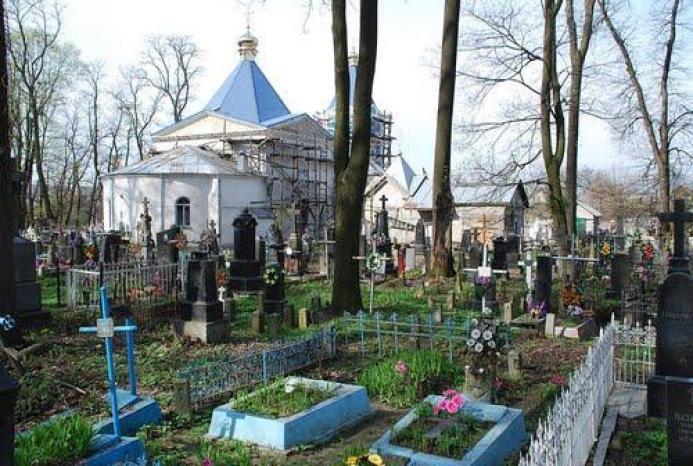 Нічого святого: на Тернопільщині злодій на могилі викрав хрест