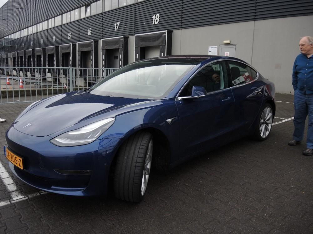До Тернополя відправили першу в Україні офіційну Tesla Model 3