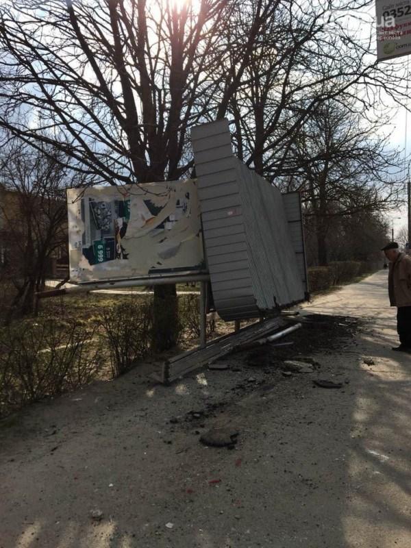 У Тернополі водій на шаленій швидкості заїхав на тротуар та зніс зупинку з людьми (ФОТО)