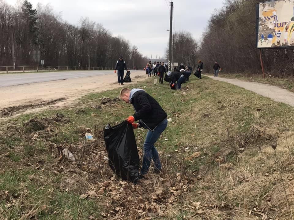 Тернопільські дорожники провели толоку на узбіччя дороги М-19