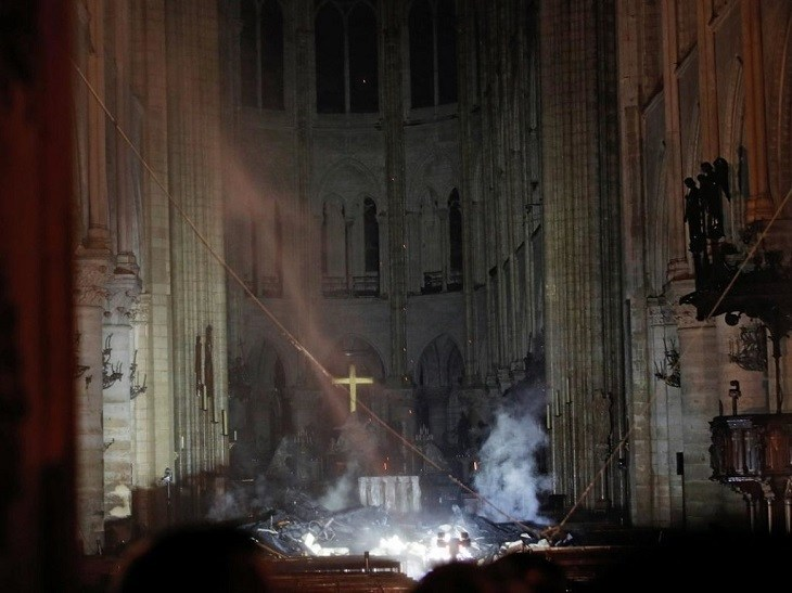Трагедія для людства: собор Паризької Богоматері охопила масштабна пожежа. Дах і шпиль згоріли (ФОТО, ВІДЕО)