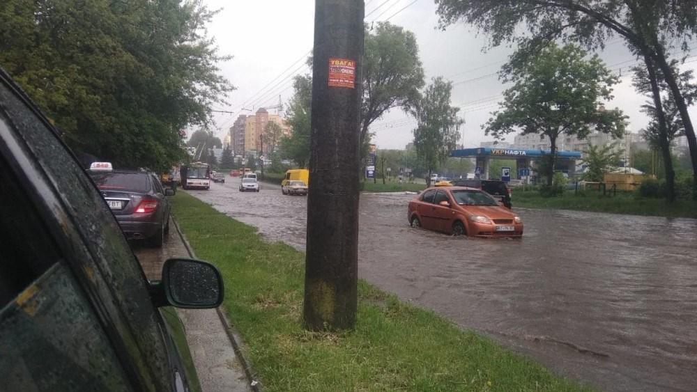 Як у Тернополі водії через сильну зливу їздили по тротуарах (ФОТОФАКТ)