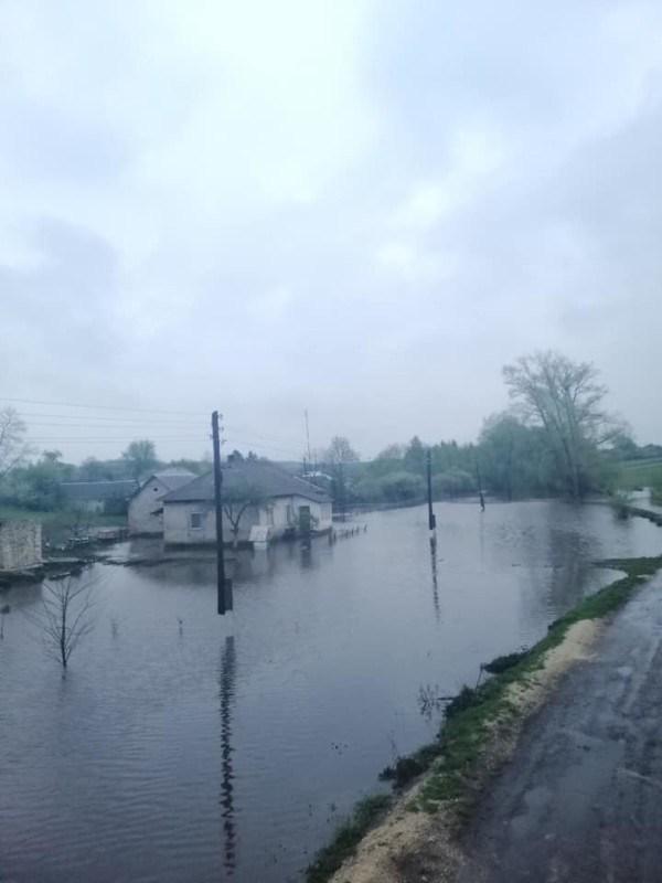 На Тернопільщині підтопило будинки: дорослі та дитина не можуть вийти із помешкання (ФОТО)