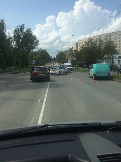 """ДТП у Тернополі: не розминулися таксист на """"Шевроле"""" та """"Сітроен"""" (ФОТО, ВІДЕО)"""