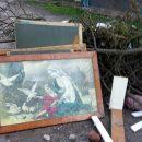 На Тернопільщині біля смітника знайшли образ Богородиці (ФОТО)