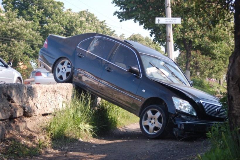 """Аварія у Тернополі біля зупинки: """"Лексус"""" злетів з дороги на тротуар, водія немає (ФОТО)"""