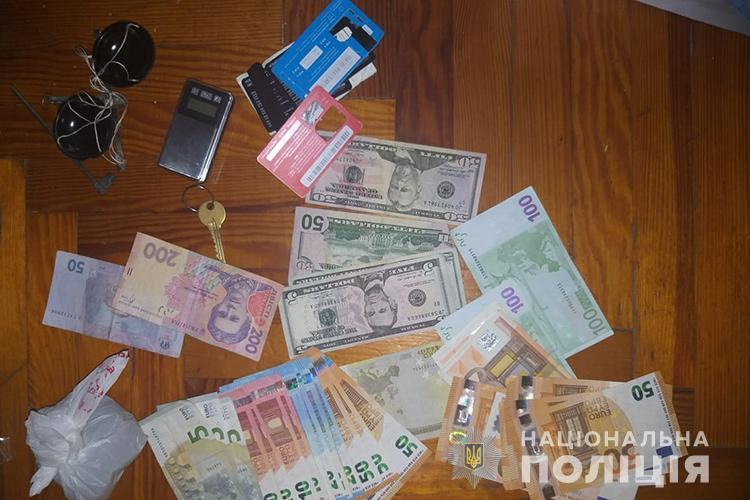 Наркобізнес у Тернополі: детективи вилучили зброю, наркотики та багато валюти (ФОТО)