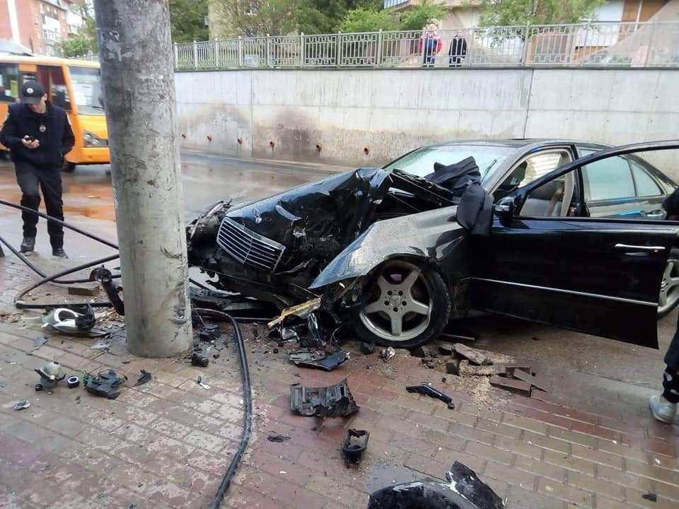 """Жахлива аварія у Тернополі: водій розтрощив """"Мерседеса"""" (ФОТО)"""
