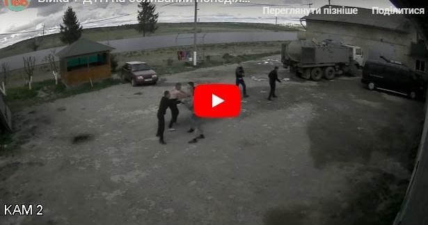 Відео, як п'яні хлопці на Тернопільщині билися між собою, а потім потрощили авто