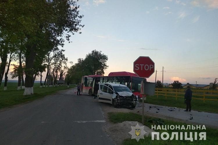 На Тернопільщині водійку засліпило сонце і вона в'їхала в автобус (ФОТО)