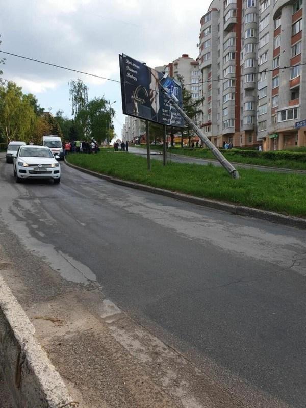 У Тернополі чорний позашляховик збив електричні стовпи: вулицю перекрили (ФОТО)