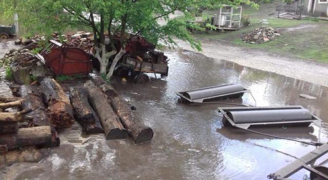 На Тернопільщині річка вийшла з берегів і наробила біди (ФОТО, ВІДЕО)