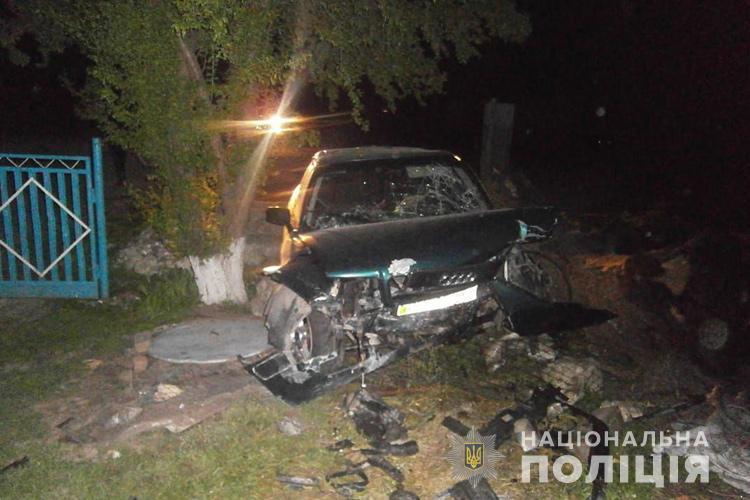 Жахливе зіткнення на Тернопільщині: водій в'їхав у стовбур дерева (ФОТО)