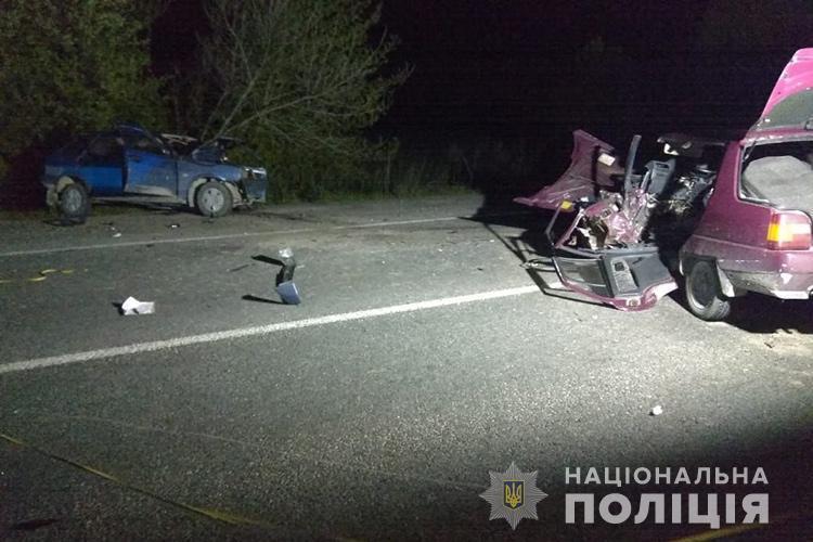"""На Тернопільщині водій на """"Славуті"""" виїхав на зустрічну смугу і зіткнувся із """"ВАЗом"""" (ФОТО)"""