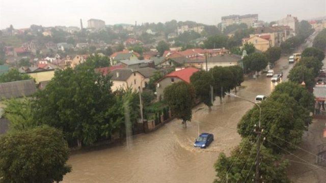 """Автівки плавали: після зливи у Чорткові утворилося """"море"""" (ВІДЕО)"""