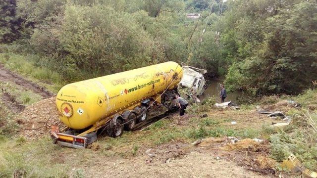 """Тривають роботи з ліквідації аварії, у якій перекинулася фура, що транспортувала газ """"пропан-бутан"""""""