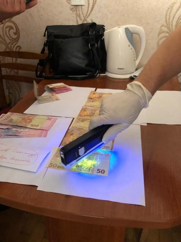 На Тернопільщині спіймали освітянина, який вимагав від студента 300 євро (ФОТО)