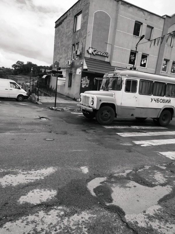 """""""Ретро сьогодні в моді"""": на вулицях містечка на Тернопільщині був помічений незвичайний автобус (ФОТОФАКТ)"""
