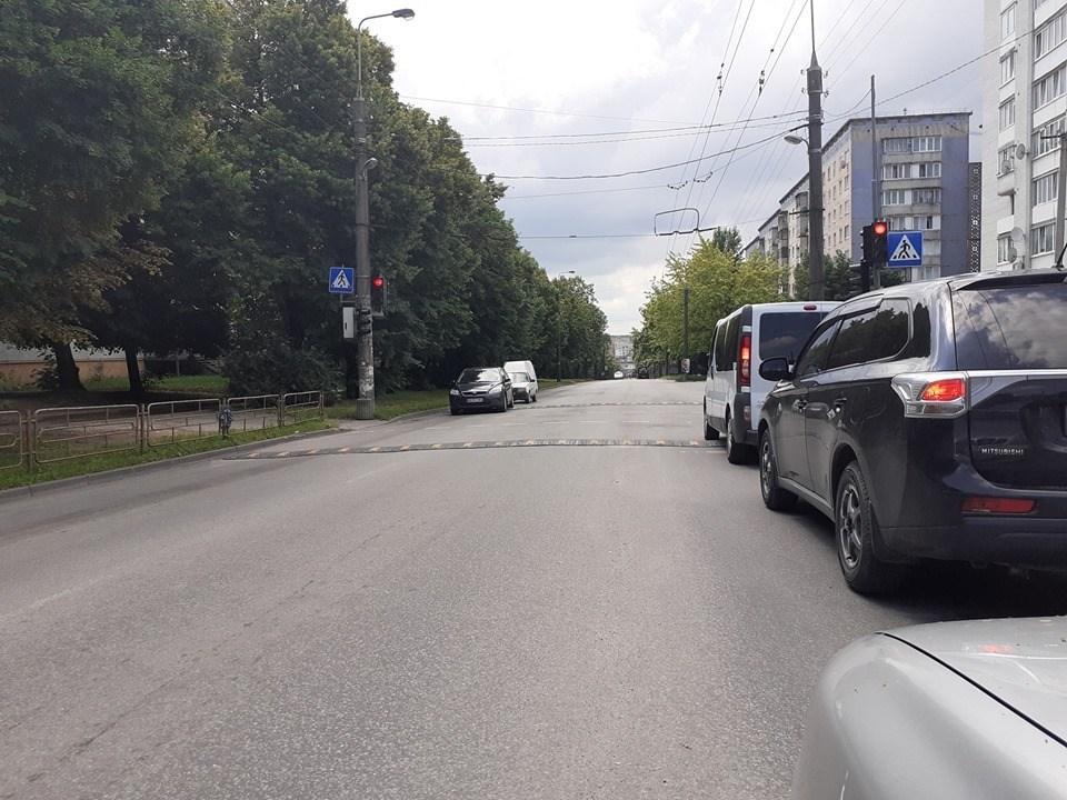 """У Тернополі біля школи через """"лежачого поліцейського"""" утворюються затори (ФОТО)"""