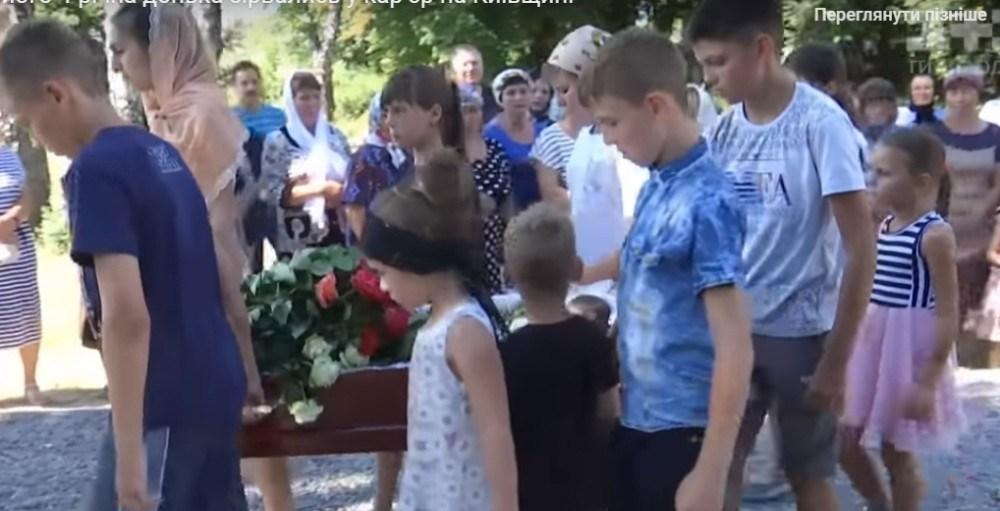 На Тернопільщині поховали священника і його 4-річну доньку, які трагічно загинули (ВІДЕО)