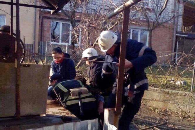 На Тернопільщині п'яний чоловік стрибнув у глибоку криницю