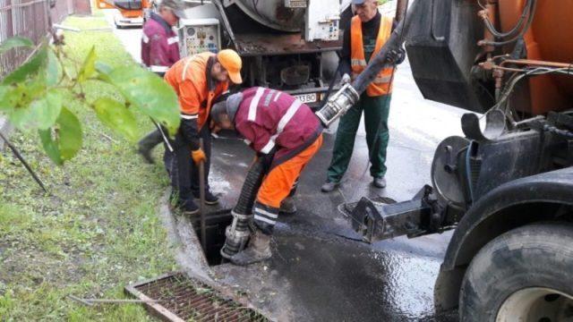 Щоб Тернопіль не плавав, комунальники почали чистити решітки (ФОТО)