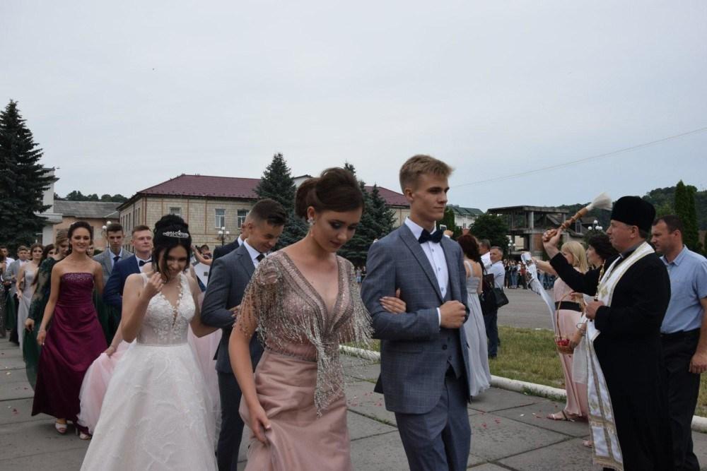 Хвилююче прощання зі школою: у Чорткові відбувся випускний вечір 2019 (ФОТО)