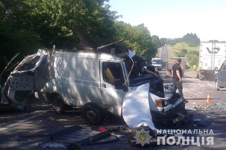 Моторошна аварія на Тернопільщині: зіткнулася вантажівка і бус, водій загинув (ФОТО)