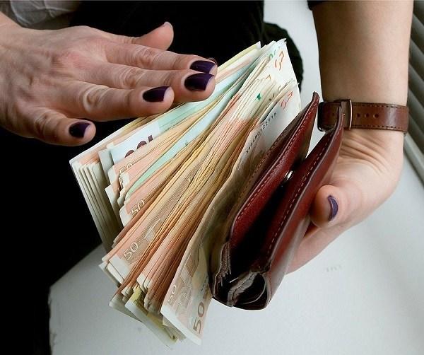 Як шахрайки викрали у тернополянки 21000 гривень, 5800 доларів та 150 євро